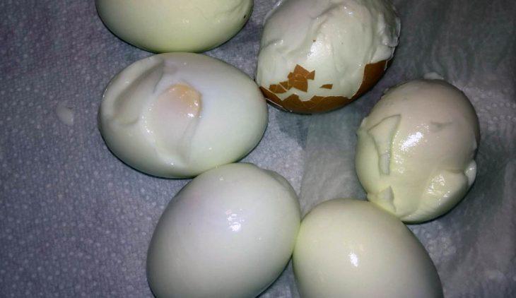 Pourquoi le blanc de l'œuf colle-t-il à la coquille
